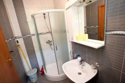 Ванная комната. Черногория, Костаньица : Апартамент с отдельной спальней, с балконом с шикарным видом на залив, 10 метров до моря