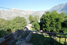 Вид. Черногория, Костаньица : Апартамент с отдельной спальней, с балконом с шикарным видом на залив, 10 метров до моря