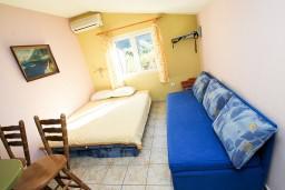 Студия (гостиная+кухня). Черногория, Моринь : Студия с террасой, 50 метров до моря
