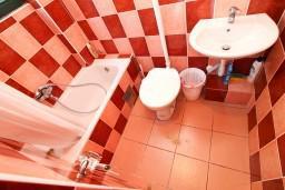 Ванная комната. Черногория, Моринь : Студия с террасой, 50 метров до моря