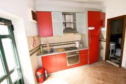 Кухня. Черногория, Пераст : Апартамент с отдельной спальней, с большой общей террасой с видом на залив, 50 метров до моря
