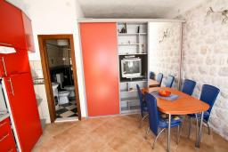 Гостиная. Черногория, Пераст : Апартамент с отдельной спальней, с большой общей террасой с видом на залив, 50 метров до моря