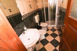 Ванная комната. Черногория, Пераст : Апартамент с отдельной спальней, с большой общей террасой с видом на залив, 50 метров до моря