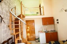Гостиная. Черногория, Пераст : 2-х этажный апартамент с отдельной спальней, с большой общей террасой с видом на залив, 50 метров до моря
