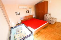 Спальня. Черногория, Пераст : 2-х этажный апартамент для 2-4 человек, с отдельной спальней, с большой общей террасой с видом на залив, 50 метров до моря