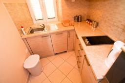 Кухня. Черногория, Пераст : 2-х этажный апартамент для 2-4 человек, с отдельной спальней, с большой общей террасой с видом на залив, 50 метров до моря