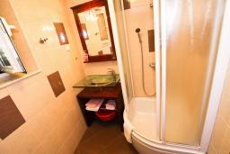 Ванная комната. Черногория, Пераст : 2-х этажный апартамент для 2-4 человек, с отдельной спальней, с большой общей террасой с видом на залив, 50 метров до моря