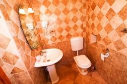 Ванная комната. Черногория, Пераст : 2-х этажный апартамент с отдельной спальней, с большой общей террасой с видом на залив, 50 метров до моря