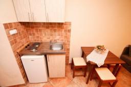 Кухня. Черногория, Прчань : Студия с террасой с шикарным видом на море, возле пляжа