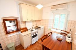 Кухня. Черногория, Прчань : Апартамент для 4-6 человек, 2 отдельные спальни, возле моря