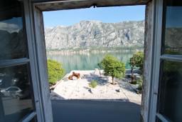 Вид на море. Черногория, Прчань : Апартамент для 4-5 человек, 2 отдельные спальни, возле моря