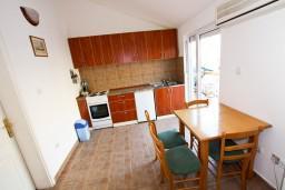 Кухня. Черногория, Прчань : Апартамент для 4-5 человек, 2 отдельные спальни, 2 ванные комнаты, с балконом с шикарным видом на залив, 100 метров до моря
