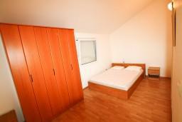Спальня. Черногория, Прчань : Апартамент для 4-5 человек, 2 отдельные спальни, 2 ванные комнаты, с балконом с шикарным видом на залив, 100 метров до моря