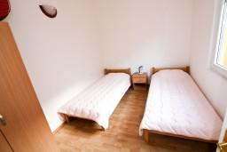 Спальня 2. Черногория, Прчань : Апартамент для 4-5 человек, 2 отдельные спальни, 2 ванные комнаты, с балконом с шикарным видом на залив, 100 метров до моря