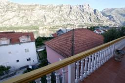 Вид на море. Черногория, Прчань : Апартамент для 4-5 человек, 2 отдельные спальни, 2 ванные комнаты, с балконом с шикарным видом на залив, 100 метров до моря