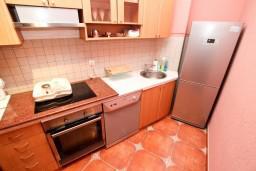 Кухня. Черногория, Рисан : Апартамент с отдельной спальней, возле моря
