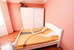 Спальня. Черногория, Рисан : Апартамент с отдельной спальней, возле моря
