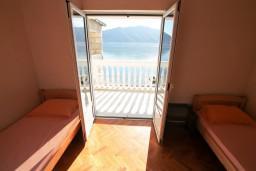 Спальня. Черногория, Рисан : Этаж дома для 6-8 человек, 3 отдельные спальни, с балконом с шикарным видом на залив, возле моря