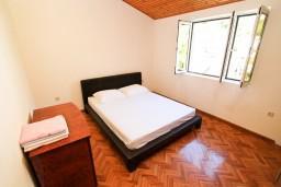 Спальня 2. Черногория, Рисан : Этаж дома для 6-8 человек, 3 отдельные спальни, с балконом с шикарным видом на залив, возле моря