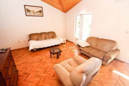 Гостиная. Черногория, Рисан : Этаж дома для 6-8 человек, 3 отдельные спальни, с балконом с шикарным видом на залив, возле моря