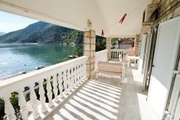 Балкон. Черногория, Рисан : Этаж дома для 6-8 человек, 3 отдельные спальни, с балконом с шикарным видом на залив, возле моря