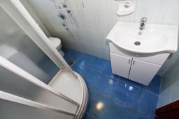 Ванная комната. Черногория, Рисан : Апартамент с отдельной спальней, с балконом с шикарным видом на море