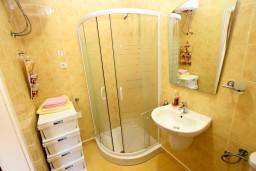 Ванная комната. Черногория, Рисан : Студия с общей террасой, 30 метров до моря