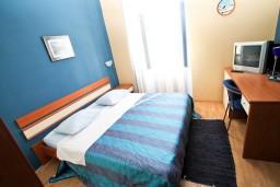 Студия (гостиная+кухня). Черногория, Рисан : Студия для 2-3 человек, с общей террасой, 30 метров до моря