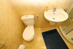 Ванная комната. Черногория, Рисан : Студия для 2-3 человек, с общей террасой, 30 метров до моря