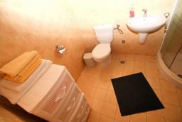 Ванная комната. Черногория, Рисан : Апартамент с отдельной спальней, с общей террасой, 30 метров до моря