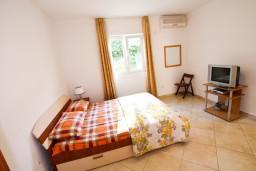 Спальня. Черногория, Столив : Апартамент с отдельной спальней, с балконом с видом на залив, 20 метров до моря