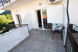 Черногория, Столив : Студия для 3 человек, с балконом с видом на залив, 20 метров до моря