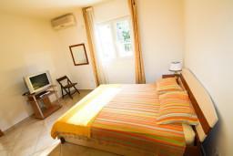 Черногория, Столив : Апартамент для 2-3 человек, с отдельной спальней, с балконом с видом на залив, 20 метров до моря