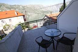 Балкон. Черногория, Столив : Апартамент для 2-3 человек, с отдельной спальней, с балконом с видом на залив, 20 метров до моря