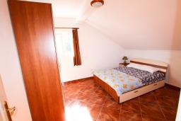 Спальня. Черногория, Столив : Апартамент с отдельной спальней, с балконом с шикарным видом на залив, 20 метров до моря