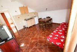 Гостиная. Черногория, Столив : Апартамент с отдельной спальней, с балконом с шикарным видом на залив, 20 метров до моря