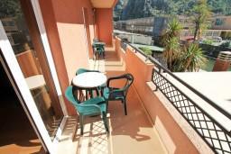 Балкон. Черногория, Котор : Апартамент в Которе с отдельной спальней в 50 метрах от моря