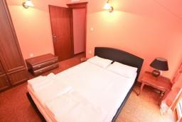 Спальня. Черногория, Котор : Апартамент с отдельной спальней, с балконом, 50 метров до моря