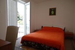 Спальня. Черногория, Рафаиловичи : Апартаменты на 7 персон, 2 отдельные спальни, 30 метров от пляжа