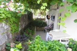 Терраса. Черногория, Рафаиловичи : Апартаменты на 7 персон, 2 отдельные спальни, 30 метров от пляжа