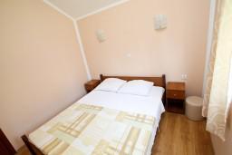 Спальня. Черногория, Утеха : Уютный деревянный домик с отдельной спальней в Утехе