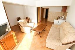 Гостиная. Черногория, Утеха : Большой апартамент для 4-6 человек, 2 отдельные спальни, с балконом с шикарным видом на море