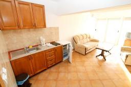 Кухня. Черногория, Утеха : Большой апартамент для 4-6 человек, 2 отдельные спальни, с балконом с шикарным видом на море
