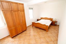 Спальня 2. Черногория, Утеха : Большой апартамент для 4-6 человек, 2 отдельные спальни, с балконом с шикарным видом на море