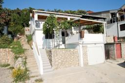 Фасад дома. Черногория, Утеха : Дом с 2-мя отдельными спальнями, с террасой с шикарным видом на море, 80 метров до пляжа