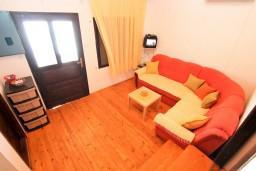 Гостиная. Черногория, Утеха : Дом с 2-мя отдельными спальнями, с террасой с шикарным видом на море, 80 метров до пляжа
