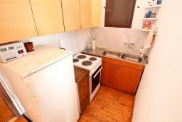 Кухня. Черногория, Утеха : Дом с 2-мя отдельными спальнями, с террасой с шикарным видом на море, 80 метров до пляжа