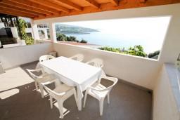 Терраса. Черногория, Утеха : Дом с 2-мя отдельными спальнями, с террасой с шикарным видом на море, 80 метров до пляжа