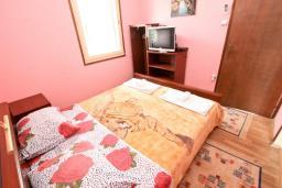 Спальня. Черногория, Утеха : Уютный домик с 2-мя отдельными спальнями, с террасой с видом на сад в 100 метрах от моря