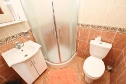 Ванная комната. Черногория, Утеха : Уютный домик с 2-мя отдельными спальнями, с террасой с видом на сад в 100 метрах от моря